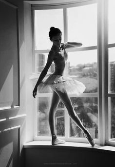 SUCH A LOVELY SETTING FOR A SVELT BALLERINA AGAINST THE BACKDROP OF THE BUSY CITY BELOW. Beautiful ❤️