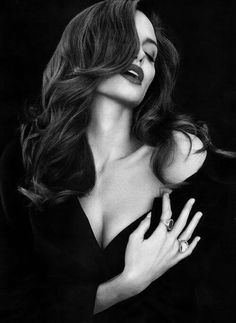 Angelina Jolie- black, red lips, and gorgeous hair. She is the definition of class and seduction Black And White Portraits, Black White Photos, Black And White Photography, Patrick Demarchelier, Photography Women, Portrait Photography, Urban Photography, Fashion Photography, Studio Shoot
