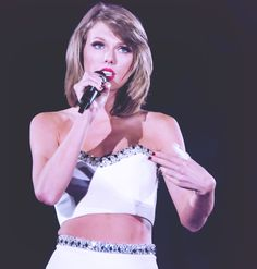 1989 World Tour - Taylor Swift giving the All You Had To Do Was Stay speech Taylor Swift Hot, Beautiful Taylor Swift, All About Taylor Swift, Live Taylor, Swift Tour, The 1989 World Tour, Neon Girl, 1989 Tour, Girl Sign