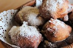 The Carnival fritters are fried desserts, soft batter balls enriched with raisins and pine nuts or with apples, and covered with powdered sugar Wow Recipe, Biscuits, Fried Apples, Easy Homemade Recipes, Apple Fritters, Cinnamon Powder, Milk And Eggs, Italian Desserts, Original Recipe