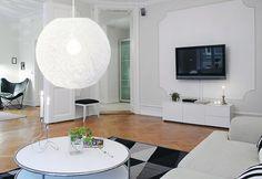 Floke er en svært dekorativ og kul hengende taklampe som gir en flott effekt i rommet. Vi anbefaler bruk av LED pære for lavest varmeutvikling. Lampen blir ekstra tøff med bruk av globepære. Det følger med krokoppheng!  Diameter: 38 cm Høyde: 38 cm Lengde ledning: 100 cm Lyskilde: 1 stk. E27 maks 60W (pære medfølger ikke) Volt: 230V Materiale: papitråd Farge: hvit Vekt: 0,4kg Dimbar: JA Energiklasse: A++ - E  Det følger ikke med noen ledning til denne lampen, kun sukkerbit. Løs ledning med…