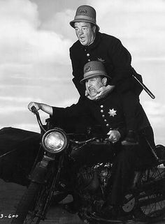 Bud Abbott and Lou Costello at Brian's Drive-In Theater Classic Comedies, Classic Movies, Keystone Cops, Bud Abbott, Whos On First, Comedy Duos, Abbott And Costello, Drive In Theater, Comedians