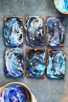 Crackers or Seperate the cream cheese into little bowls and colour with vegan friendly food dye or natural veggie powders (blue spriulina, Blueberry powder, etc) Spread (galaxy cake diy) Cute Food, Yummy Food, Blueberry Powder, Vegan Cream Cheese, Food Dye, Köstliche Desserts, Galaxy Desserts, Aesthetic Food, Vegan Breakfast