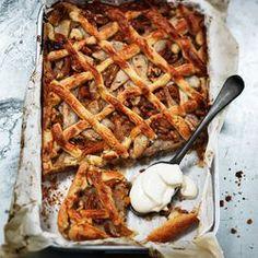 Perentaart met walnoten, gewelde abrikozen en gember. Met de recepten van ZTRDG.nl heb je in een handomdraai iets lekkers bij de koffie.
