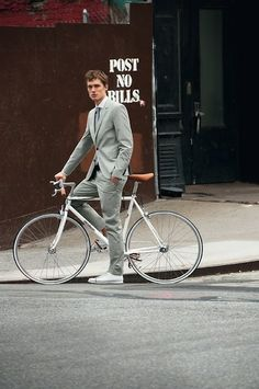 Swiss menswear brand Strellson and European bicycle maker Bianchi collaborated to present the 'Rolling Style' White Edition Collection. An all-white suit Urban Cycling, Urban Bike, Cycling Art, Nike Outfits, Dandy, Bici Retro, Marken Outlet, Urban Fashion, Mens Fashion