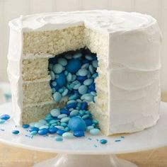 How fun is this surprise cake!!!???  Would be perfect for a gender reveal, or for a birthday..
