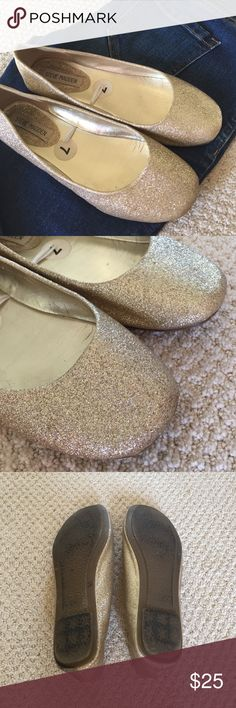 Gold glitter flats! These are adorable Steve Madden flats and can dress up any outfit!   🎀 Good condition, photos show signs of wear, no flaws   🎀 Smoke-free home Steve Madden Shoes Flats & Loafers