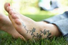 Fleur grimpante tatoué sur le côté du pied https://tattoo.egrafla.fr/2016/02/29/tatouage-femme-pied/
