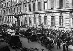 Paris, crise monétaire 1914, foule devant la Banque de France (1) - Hôtel de Toulouse — Wikipédia