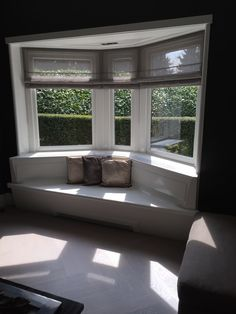 Project Laren. Blinds voor de erker. Apartment Interior, Bay Window, Home Living Room, Future House, House Plans, New Homes, Home And Garden, House Design, Windows