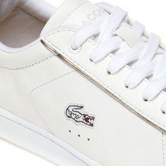 Des détails métalliques et un col matelassé animent cette paire de sneakers urbaines réalisées en cuir premium. Un essentiel sport-luxe à porter toute la saison.