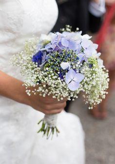 Trop joli ce bouquet bleuté, n'est-ce pas? Un coeur d'hortensias entouré de gypsophile et on obtient ce joli bouquet aérien et si romantique!