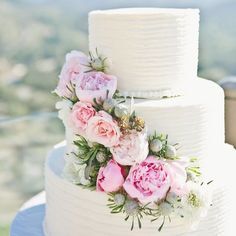 Add fresh flowers to your wedding cake  #weddingwednesday