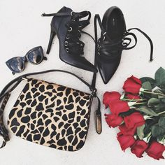 Black edgy heels and an animal print bag, all we need for this fall. Plus, red roses never hurt anyone!