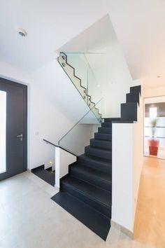 Treppe Mit Glasgeländer: Moderner Flur, Diele U0026 Treppenhaus Von Casaio |  Smart Buildings