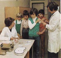 Takhle nás ve škole hromadně očkovali, no představte si to dnes... Odpůrci očkování, lidská práva, AIDS a já nevím co ještě, rodiče by se zbláznili... A my to přežili!!