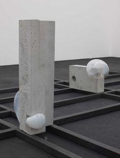 White Cube : Morgane Tschiember, Bubbles, Verre, béton et acier, 2012 courtesy galerie Loevenbruck