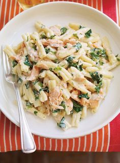 Pasta with Salmon Searching for a creamy and comforting dish? Look no further than this salmon dish.Searching for a creamy and comforting dish? Look no further than this salmon dish. Salmon Pesto Pasta, Salmon Pasta Recipes, Salmon Dishes, Spinach Pasta, Seafood Recipes, Cooking Recipes, Healthy Recipes, Dinner Recipes, Soup Recipes