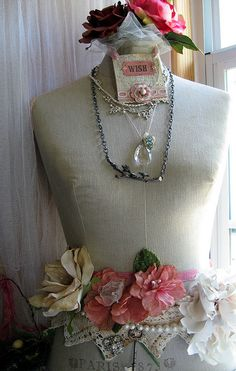 Mannequin display of fabric rose accessories Vintage Mannequin, Dress Form Mannequin, Mannequin Display, Simple Dresses, Pretty Dresses, Beautiful Dresses, Shabby Chic, Dress Me Up, Vintage Dresses