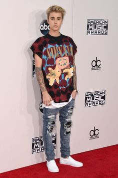 Justin Bieber from 2015 American Music Awards: Red Carpet Arrivals The comeback kid himself pays homage to one of his own musical inspirations in a graphic tee and ripped jeans. Justin Bieber Sin Camisa, Moda Justin Bieber, Justin Bieber Shirts, Justin Bieber 2015, Justin Bieber Outfits, Justin Bieber Style 2017, Justin Bieber Clothes, American Music Awards 2015, Celebrity Sneakers