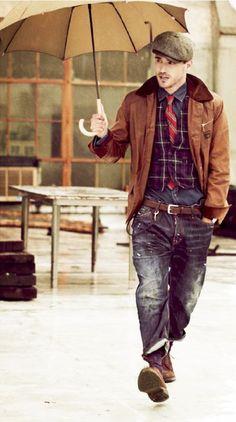 Den Look kaufen:  https://lookastic.de/herrenmode/wie-kombinieren/jacke-mit-kentkragen-und-knoepfen-weste-langarmhemd-jeans-derby-schuhe-schiebermuetze-krawatte-guertel-socke/4054  — Braune Schiebermütze  — Braune Wildleder Derby Schuhe  — Violette Socke  — Schwarze Jeans  — Dunkelbrauner Ledergürtel  — Dunkelgraues Langarmhemd  — Rote vertikal gestreifte Krawatte  — Lila Weste mit Schottenmuster  — Braune Lederjacke mit kentkragen und knöpfen