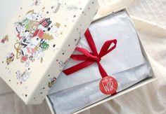 Have you heard about the new DM Weihnachtsboxen in Austria already? Find the exact dates and get a peak into the organic foodie box! Christmas Boxes, Austria, Dates, Trousers, Gift Wrapping, Organic, Make It Yourself, Lifestyle, Trouser Pants