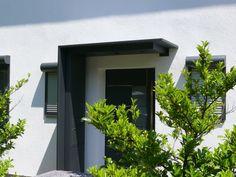 Vordach aus Aluminium mit Seitenteil<br />Briefkasten integriert<br />Karlsruhe