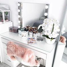 20 Best Makeup Vanities & Cases for Stylish Bedroom - Make-up Vintage Makeup Vanities, Makeup Vanity Case, Makeup Desk, Makeup Rooms, Makeup Room Decor, Makeup Table Ikea, Make Up Storage, Glam Room, Stylish Bedroom