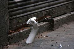 Esculturas de mãos de gesso surgem emBarcelona para protestar contra a crise