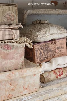 Wonderful ideas for a shabby chic home decor. Hundred of images for inspiration. Shabby Chic Vintage, Look Vintage, Vintage Box, Vintage Decor, Design Vintage, Fabric Covered Boxes, Fabric Boxes, Old Boxes, Antique Boxes