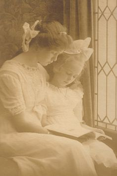 Beautiful young woman and girl reading by the window, antique photo Antique Photos, Vintage Pictures, Vintage Photographs, Old Pictures, Vintage Images, Old Photos, Time Pictures, Antique Art, Belle Epoque
