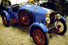 La Amilcar CC, cette automobile ancienne fut construite de 1922 à 1925, cette Amilcar CC de 1922 mesure 1.3 mètres de large, 3.3 mètres de long, et a un empattement de 2.32 mètres.