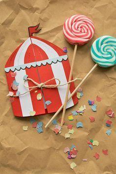 """Einladungskarten """"Zirkus"""": Wir basteln uns ein Zirkuszelt. Mottopartys fangen schon bei der Einladung an. Das gestreifte Zelt passt daher super als Einladung zur Zirkusparty. © vision net ag"""