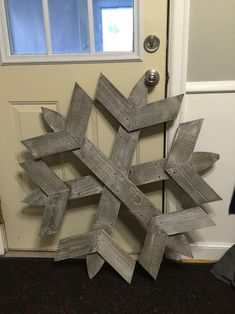 Picket or pallet reclaimed wood snowflakes diy snowlfake Christmas Wood Crafts, Unique Christmas Trees, Christmas Tree Toppers, Rustic Christmas, Christmas Projects, Holiday Crafts, Christmas Diy, Holiday Decor, Christmas Tree From Pallets