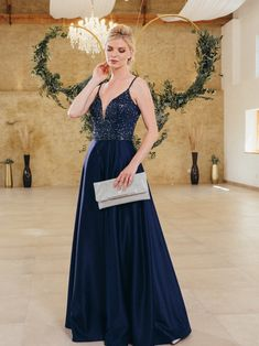 Blaues Kleid mit Pailletten und einem verführerischen Ausschnitt. Weitere elegante Abendkleider für besondere Momente findest du bei Steinecker. Dressing, Judith, Formal Dresses, Wedding, Fashion, Sequin Gown, Blue Gown, Classy Evening Gowns, Graz