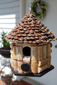 Bouchon de vin et Pine Cone maison doiseau. Toit de maison fait de cône de pin. Maison sur le thème du vin bouchon de Liège