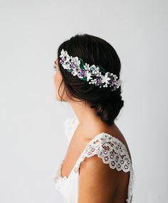Tocado-novia-flores-porcelana-blanco-morado-Vi&Bitocados #novias #headpiece #tocados #tocadodenovia