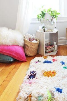 Una alfombra peluda que puedes hacer con tu lana favorita: