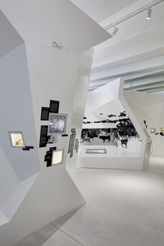 screen, monitor inset on display wall - PALÄON / Holzer Kobler Architekturen