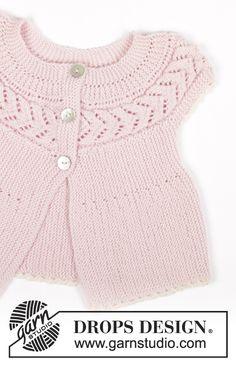 Casaco com mangas curtas para bebés e crianças tricotado no sentido do comprimento em ponto jarreteira e ponto rendado em DROPS BabyMerino