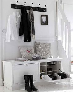 idea interesante puede ser hacerse con un mueble zapatero como este, que sirva de banquito y de superficie para apoyar cosas y a la vez nos proporcione