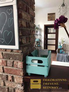 Dřevěná bedýnka v tyrkysové barvě #tyrkysovabedynka #bedynkazedreva #drevenabedynka #dekoraceinterieru #uloznyprostor #inspirace Home, Ad Home, Homes, Haus, Houses