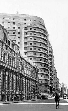 شارع شريف، القاهرة، 1940. يظهر مبنى البنك الأهلي الم