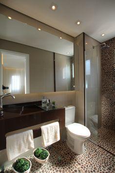 A proposta da arquiteta Pricila Dalzochio para este banheiro do casal, é proporcionar um banho super relaxante com as pedras massageadoras para os pés. Projeto e fotografia de Pricila Dalzochio