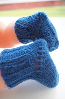 Min Dukkeverden: Sokker og votter til Babyborn - oppskrift Knitting Dolls Clothes, Doll Clothes Patterns, Doll Patterns, Clothing Patterns, Knitting Patterns, Baby Born, Diy Doll, Stuffed Toys Patterns, Doll Toys