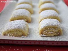 Rezept für sehr leckere Marzipankissen Plätzchen. Hierbei wird Mürbeteig mit süßer Marzipanmasse belegt und im Ofen goldgelb gebacken und mit Puderzucker bestreut.