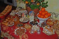 Tradition provençale pour Noël : Les treize desserts : le vin cuit, la pompe à l'huile, fougasse, raisins, pommes, poires, oranges, nougat noir et nougat blanc, fruits confits, calissons, oreillettes, dattes et  « les quatre mendiants » : noix et noisettes, figues sèches, amandes et raisins secs