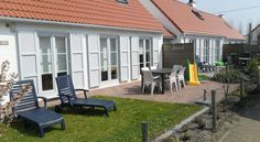 Huisjes aan zee De Haan Huisjes aan Zee offers chalets 3.5 km from De Haan and is located in a peaceful coastal town, a 10-minute walk from the sandy beach and the North Sea. The facilities include free WiFi internet access, an oven, dishwasher and Senseo coffee machine.