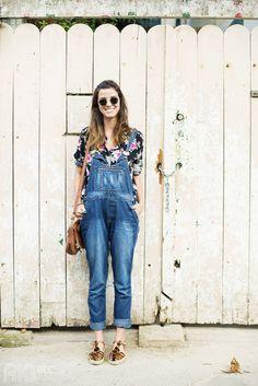 Estampa em fundo neutro + jardineira jeans.