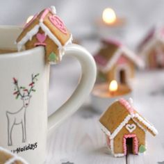 Cute mini gingerbread houses, perfect for Christmas Eve hot chocolate ♥